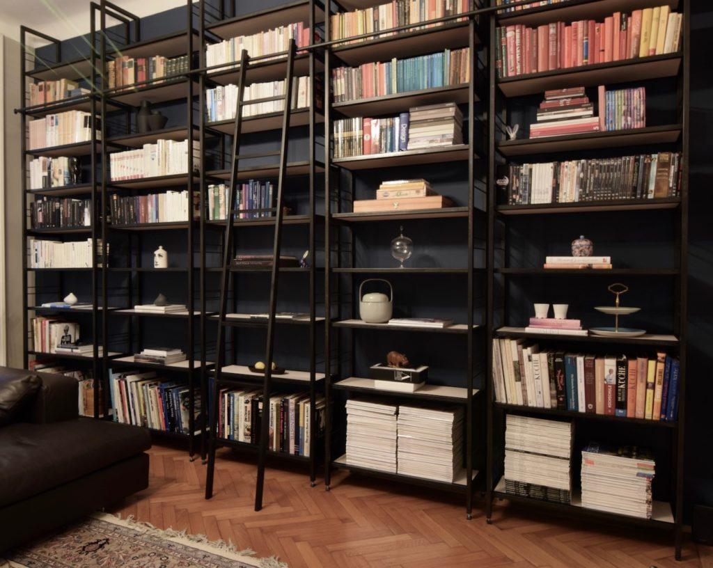 Bücherregal mit einer Kerze von Foscarini, Italien.