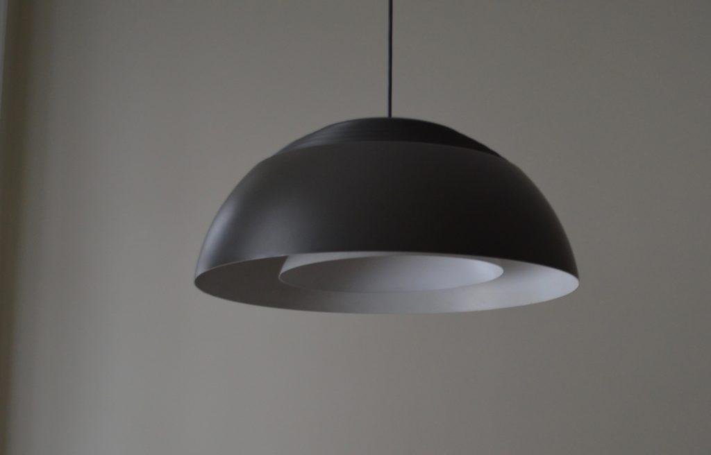 Leuchte über dem Esstisch ist von Arne Jacobson.