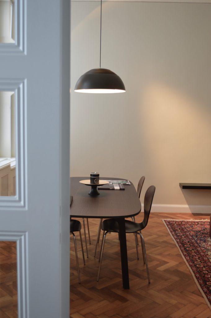 Blick aus der Küche in den Wohnbereich