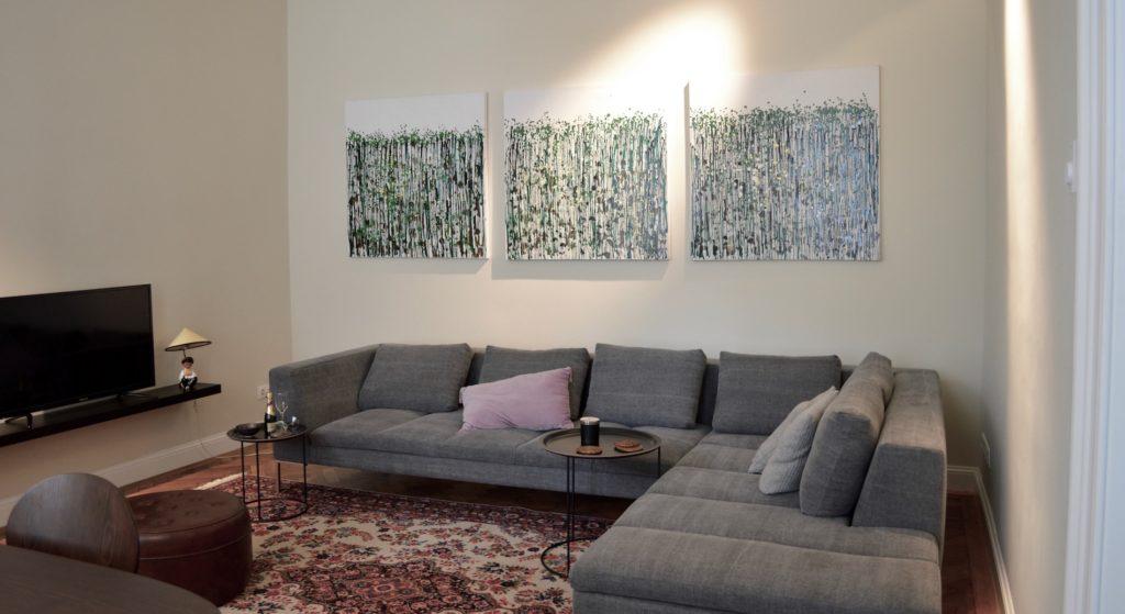 Sofa ist von Interio die Beistelltische von BoConcept.